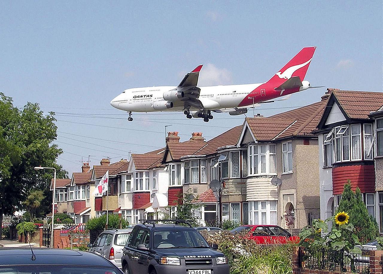 Qantas_b747_over_houses_cc